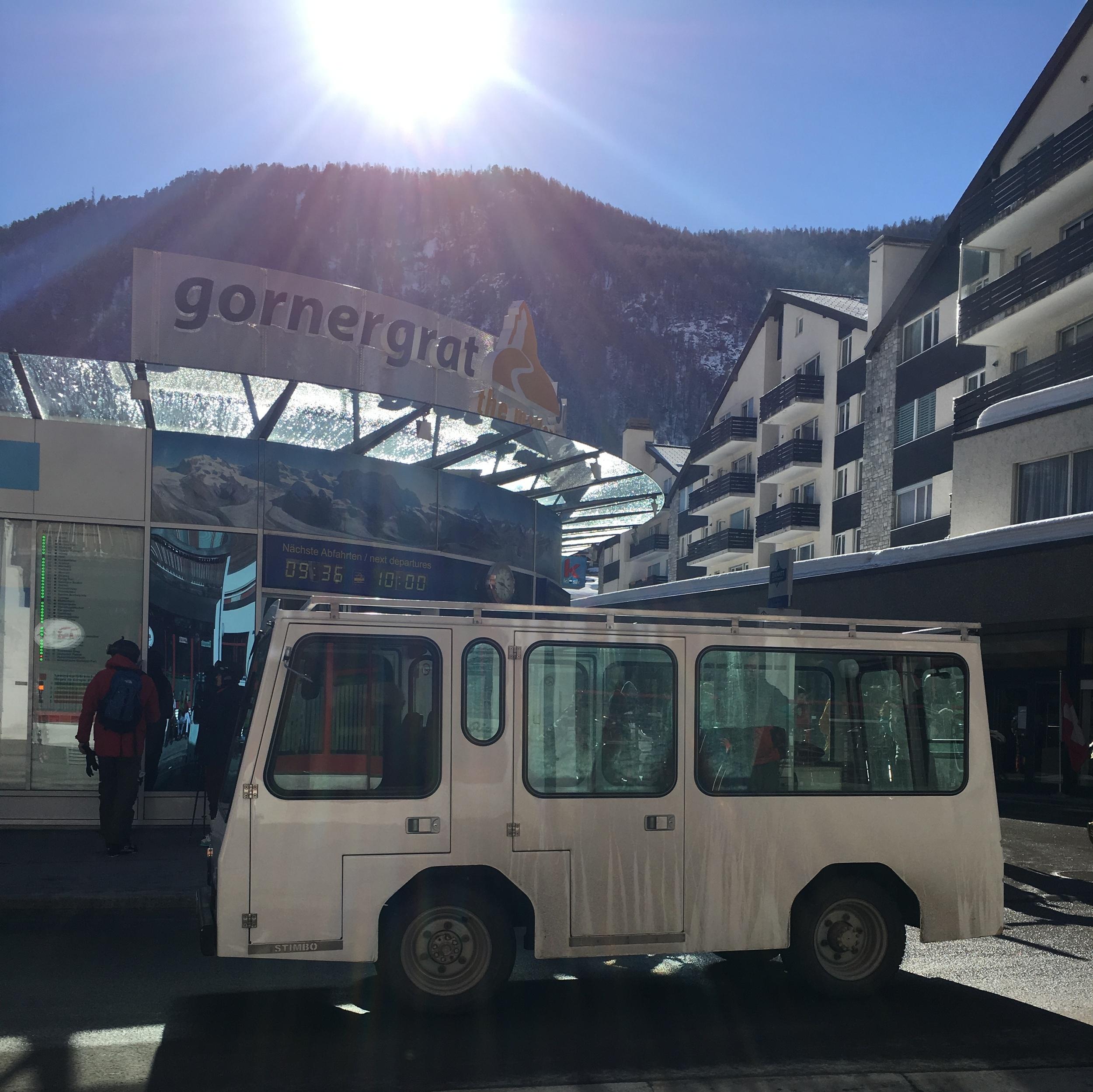 Uno de los vehículos eléctricos típicos de Zermatt y de manufactura local, que no producen emisiones. Foto: Bruny Nieves