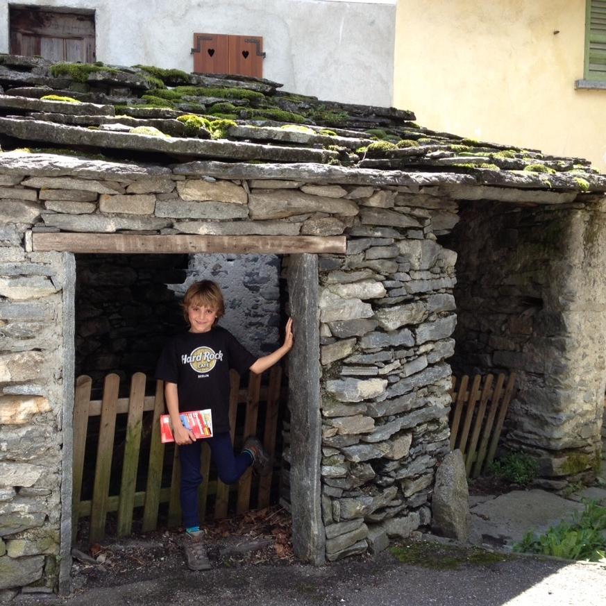 A mi hijo le encantaron estos portales en Cevio, en la región del Ticino en  Suiza , por ser de su tamaño. Foto: Bruny Nieves