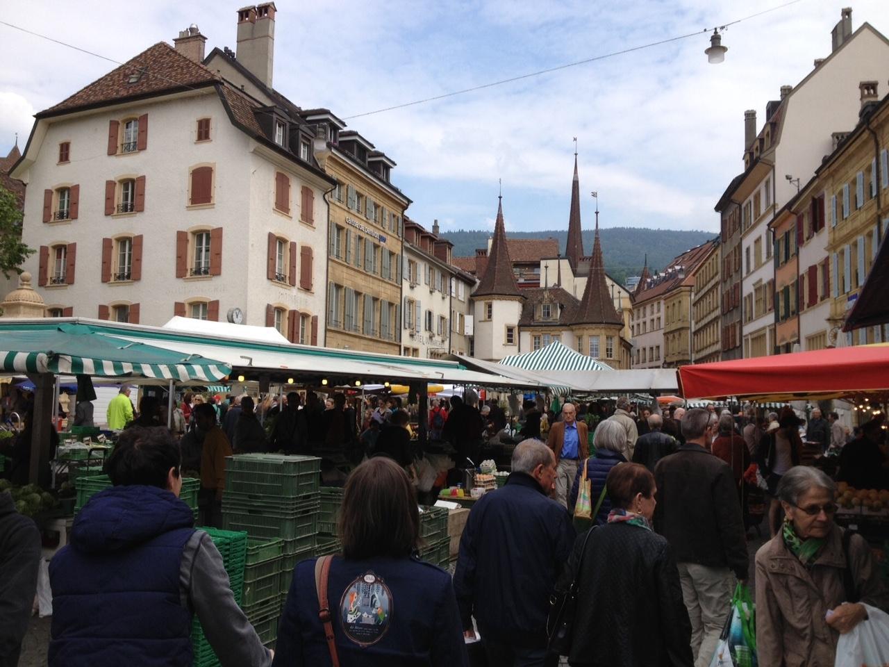 Los mercados se llevan a cabo normalmente dos veces en semana; pero los más concurridos son los sábados como éste de la ciudad de Neuchâtel en la parte francesa de  Suiza . Foto: Bruny Nieves