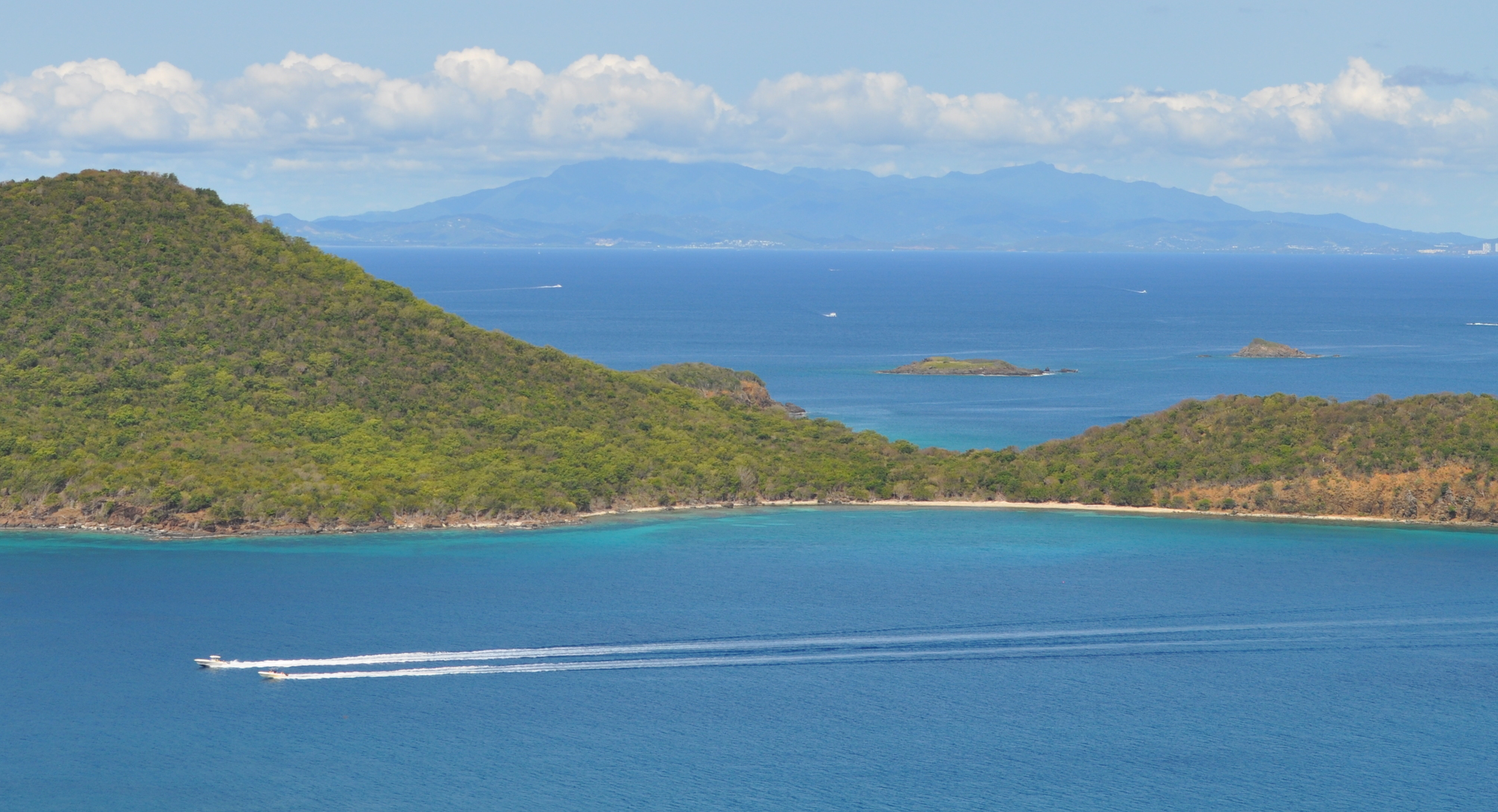 View of the Luis Peña Cay, in the background you can see Luquillo's Mountain Range Photo: Javier Vélez Arocho