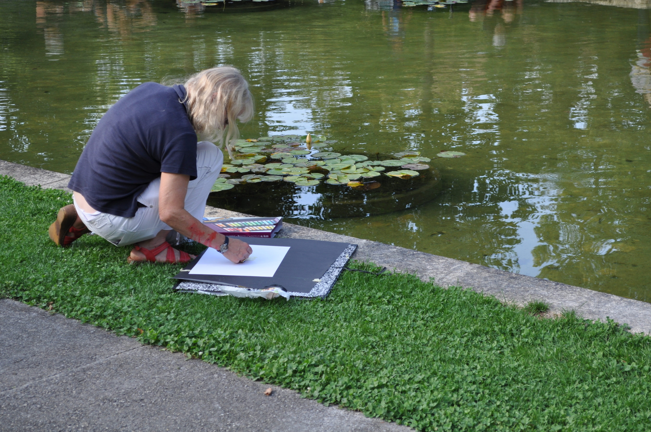 The pond is a perfect scenery to draw. Photo: Pamy Rojas