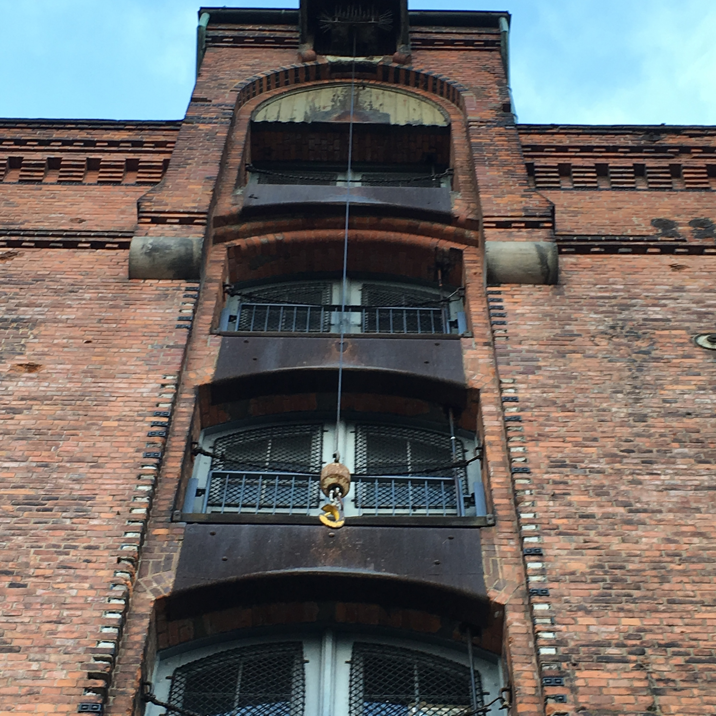 Frontside of a building in Spreicherstadt where you can appreciate the hooks used to upload goods for storage. Photo: Bruny Nieves