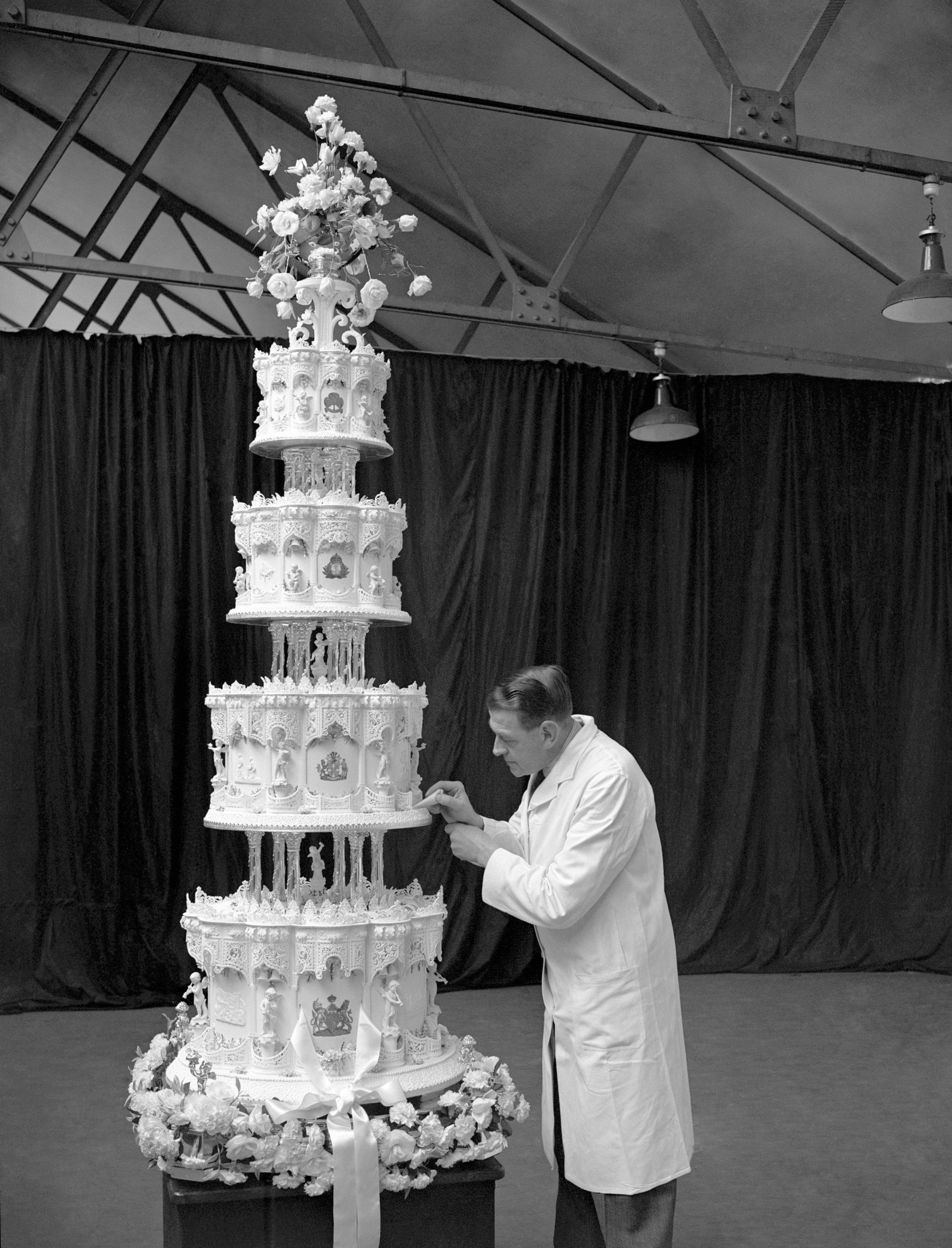 엘리자베스 여왕의결혼식웨딩 케이크를 디자인하고 있는 케이크 디자이너. 1947.