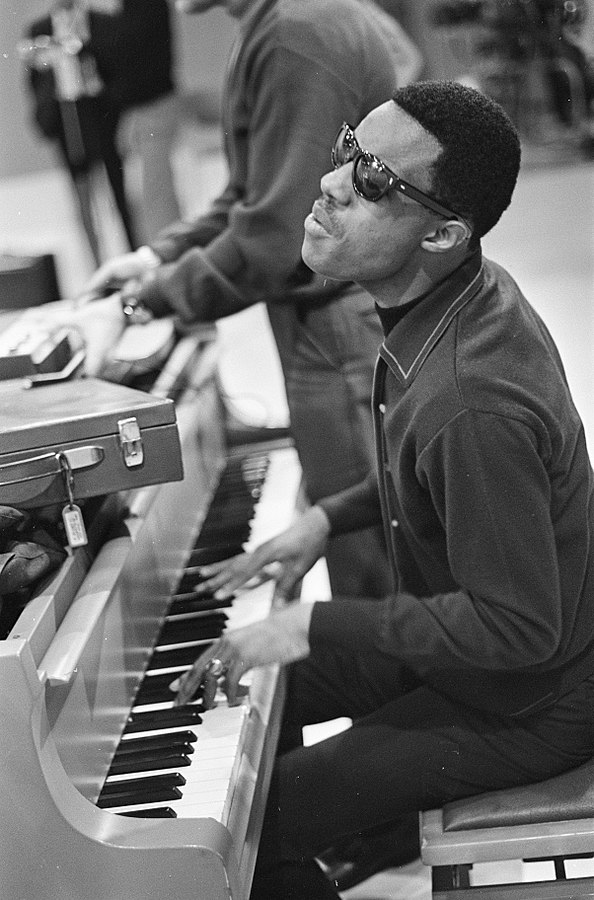 Photo: By Nijs, Jac. de / Anefo - Stevie Wonder (zanger) voor TROS-TV. Stevie Wonder tijdens repetitieDutch National Archives, The Hague, Fotocollectie Algemeen Nederlands Persbureau (ANeFo), 1945-1989,Auteursrechthebbende Nationaal Archief CC-BY-SA, Nummer toegang 2.24.01.05 Bestanddeelnummer 920-8212, CC BY-SA 3.0 nl, https://commons.wikimedia.org/w/index.php?curid=23503974
