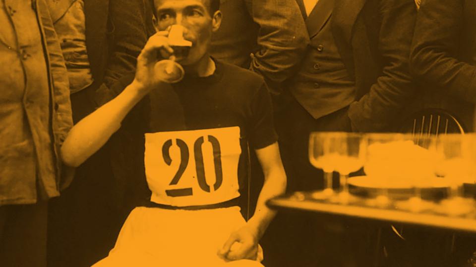 Circuit [pédestre] de l'Ouest, Orphée [au repos assis, entouré de spectateurs, buvant un verre]  / ca. 1913 /Agence Rol / Public Domain via  Gallica (BnF)