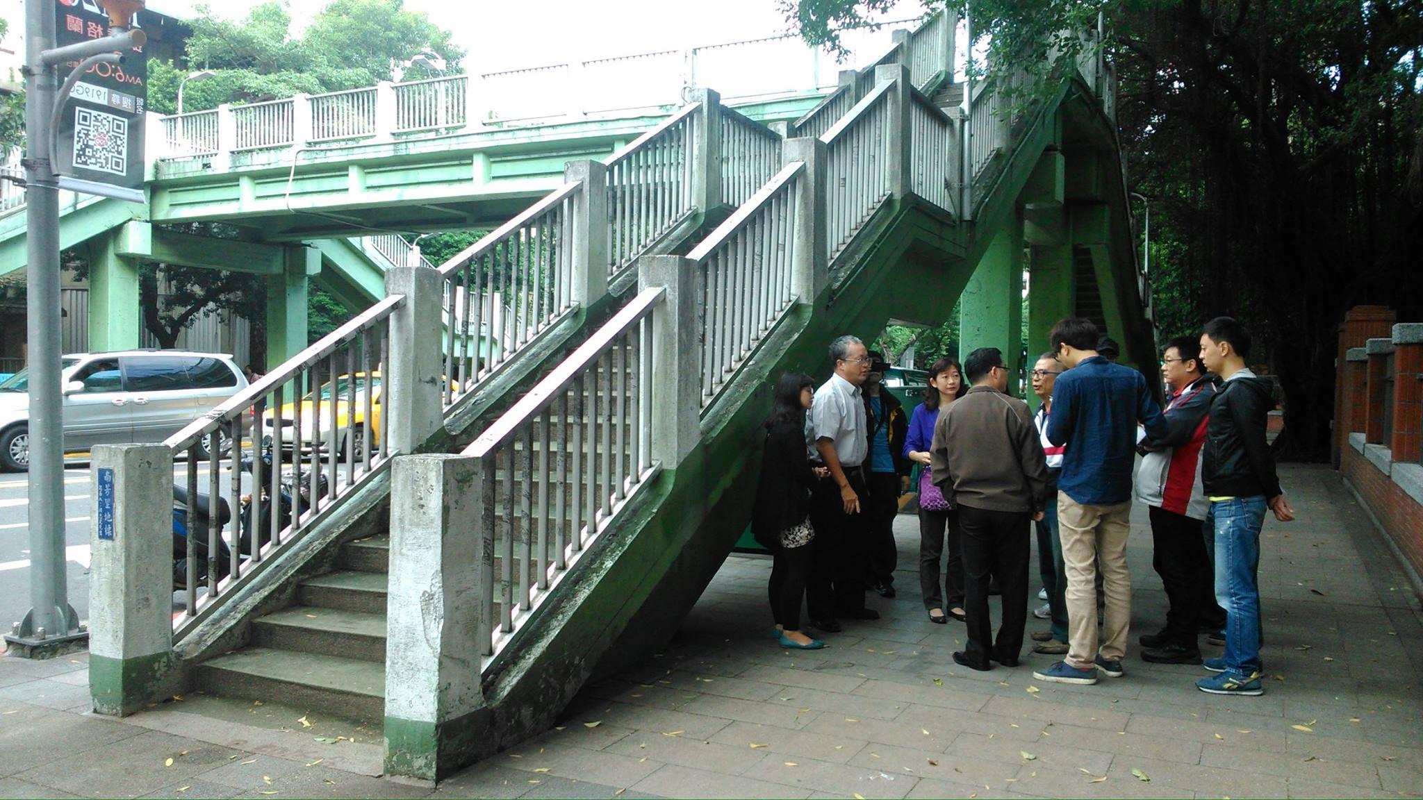 Local residents gather to urge historic preservation. Photo via Yi Chiu at Taipei Walking Tour