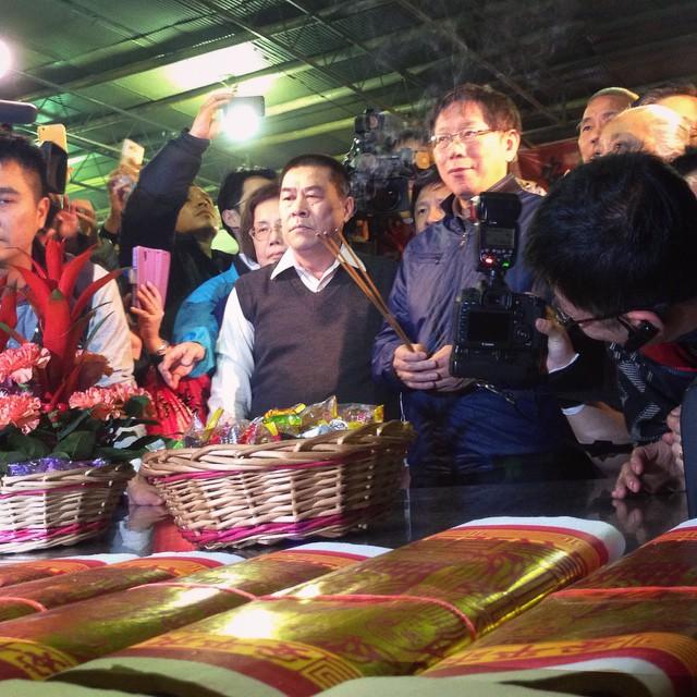 柯P送發財金前,先來拜城隍爺。Taipei Mayor Ko prays to the City God at Taipei Xia-Hai City God Temple in the midst of the Lunar New Year Festival on Dihua Street in Dadaocheng.