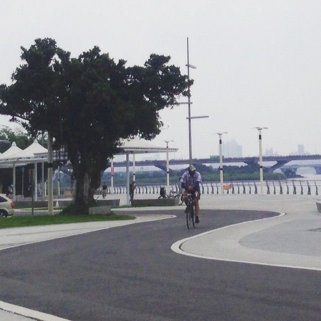 Weekdays at Dadaocheng Wharf (大稻埕碼頭) are blissfully quiet compared to the busy weekends, which are packed with cyclists.  #Taipei #Taiwan #Dadaocheng #大稻埕 #大稻埕碼頭 #腳踏車 #台北 #台灣 #cycling #cyclist #igerstaiwan #ilovetaiwan #iseetaiwan #taiwagram