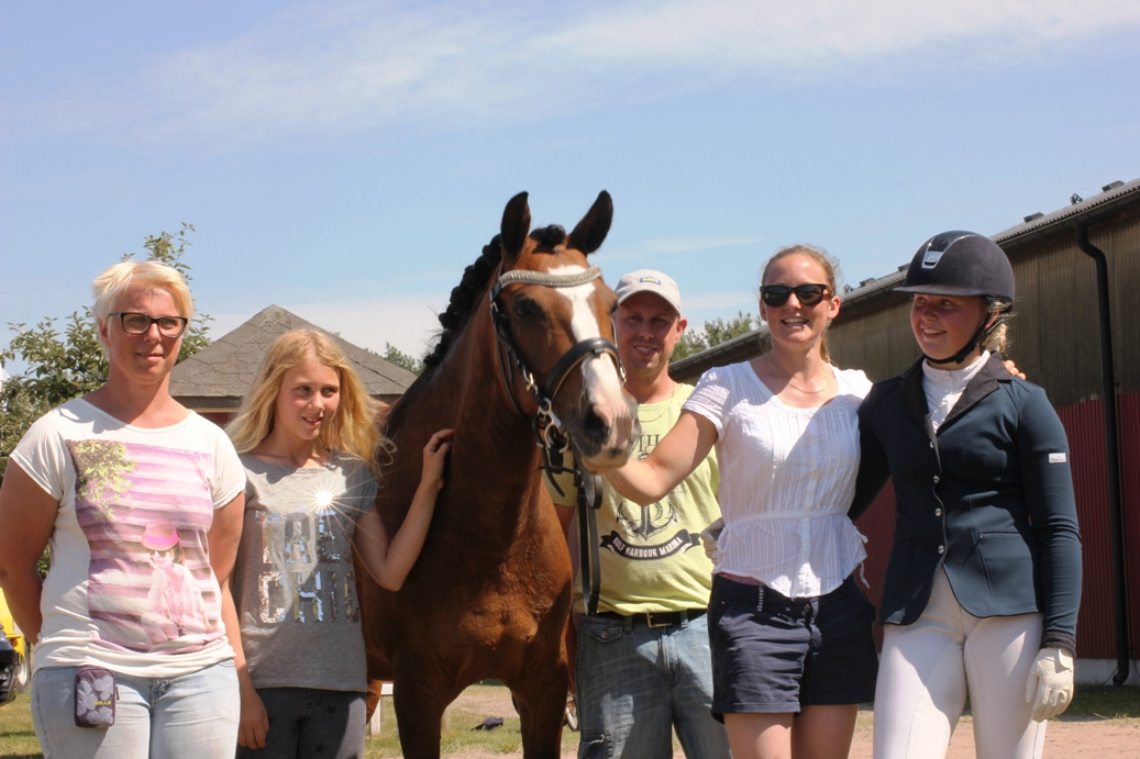 Swingfly with his owners and Linn and Kelly
