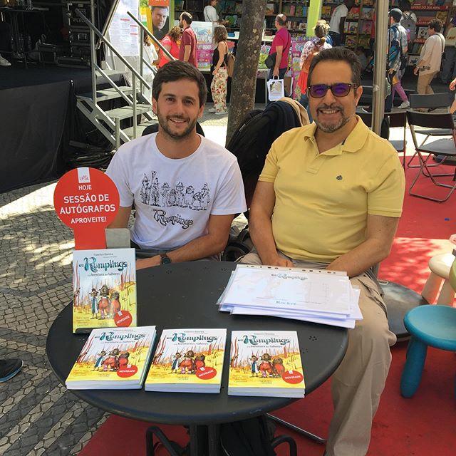 Prontos para a sessão de autógrafos! Venha nos visitar na praça LeYa @feiradolivrodelisboa #praçaleya #booksigning