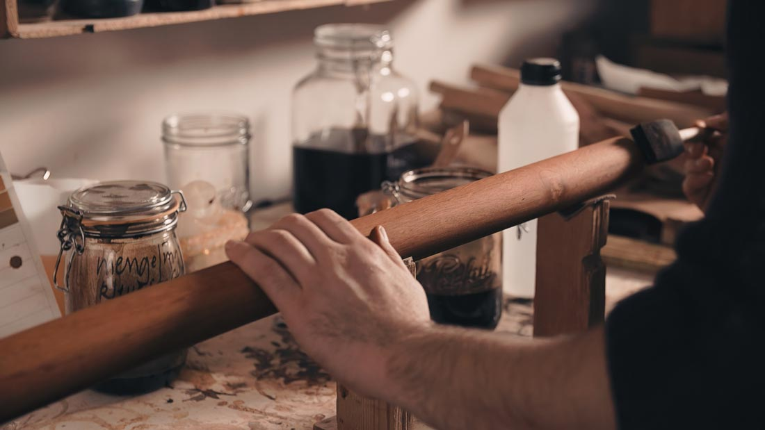 master-flute-maker-winne-clement-fluiten-luthier-craftsman-facteur-flûtes-flöten-hersteller-music-instrument-wood-wind--fujara-finish-stain-hand-work.jpg