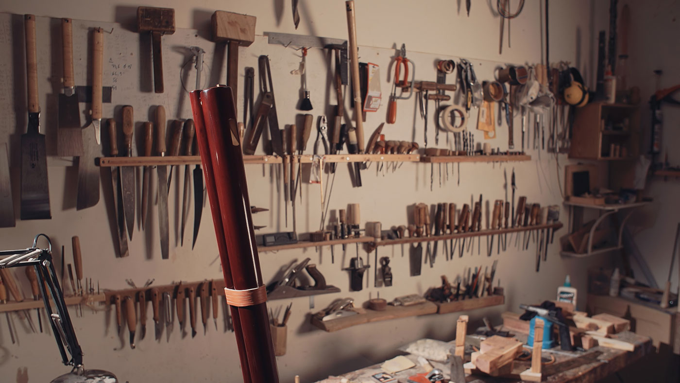 Fujara-flute-master-maker-winne-clement-fluiten-luthier-craftsman-music-instrument-wood-wind--workshop-tools-handmade-fujaru-fujary-fujaru-fujarka-overtone.jpg     -