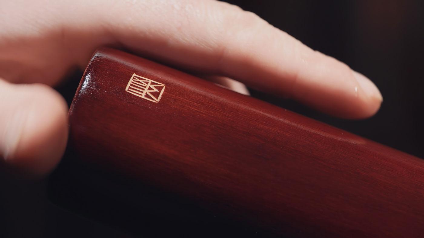 Fujara-flute-master-maker-winne-clement-fluiten-luthier-craftsman-music-instrument-wood-wind--carving-fujaru-fujary-fujarka-quality-overtone-handmade-harmonic-detail-makersmark.jpg