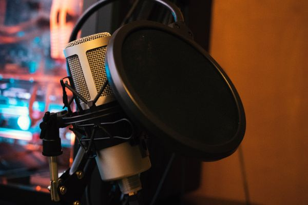 How to get the best commercial voice acting agents, directors, managers and partners to assist you in finding top voice over (VO) acting demo reels and talent for casting calls, auditions, production studio projects including services, demo reels,cost and prices in Chicago IL.