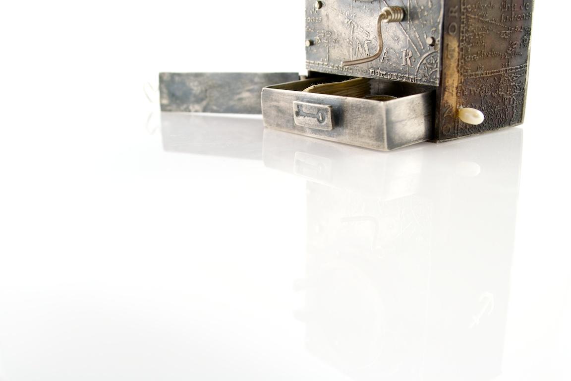 Threshold automaton pendant by Kim Nogueira
