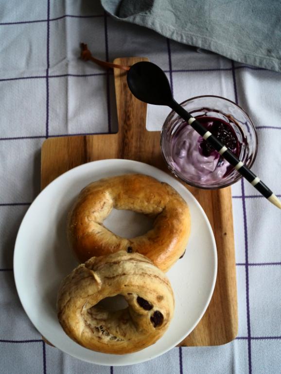 Rosinenbagel mit Beerenfrischkäse