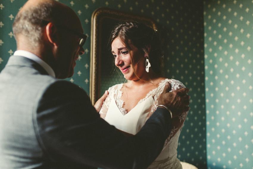 La mariée pleure devant son père