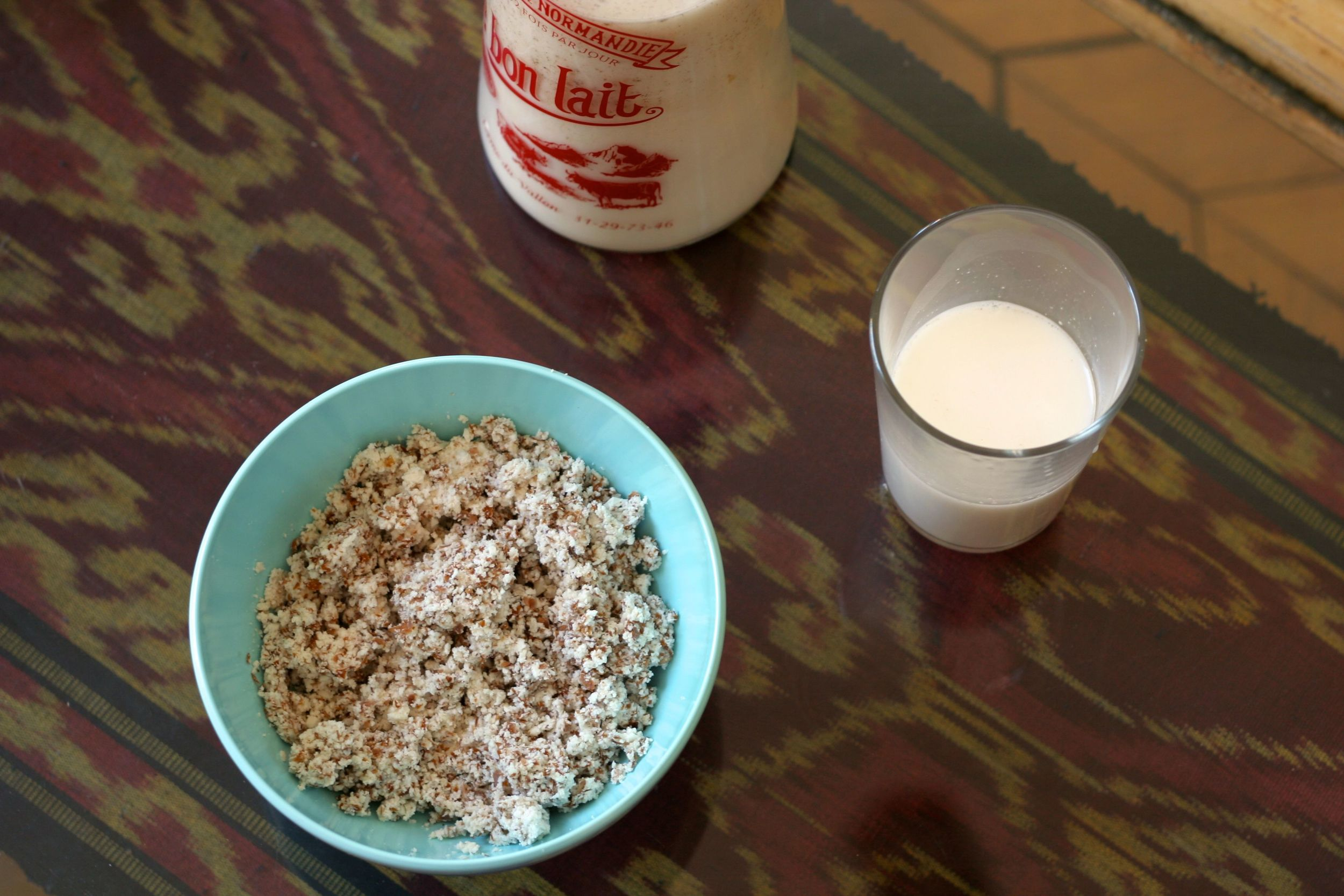Le lait d'amandes et les amandes broyées pour faire les cookies sablés