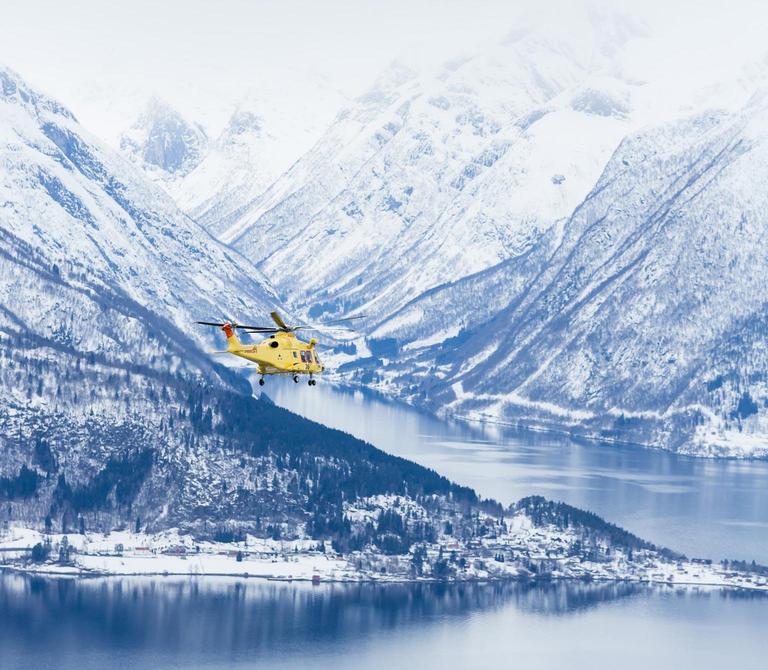 Her flyr et av våre AW169-helikoptre over Sognefjorden. Foto: Thomas Barstad Eckhoff.