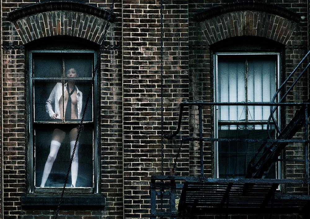 Femme dans une fenêtre
