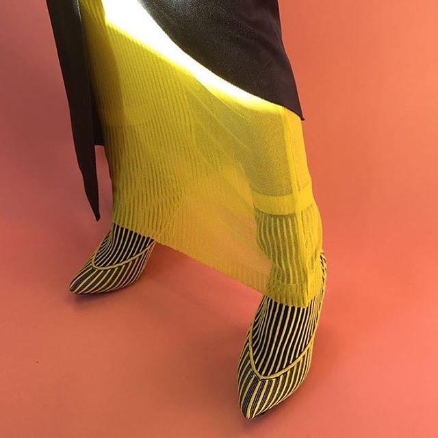 Illusion dress and shoe on shoes Behind the scenes for @kingkongmagazine 👸🏾: @genvegaa 📸: @yse.anthonio 👠: @lletramderaj 💄: @ittts_sena 💇🏻: @juli_akaneya 💁🏻💁🏾♂️: @o.renishi @ericjmcarthur