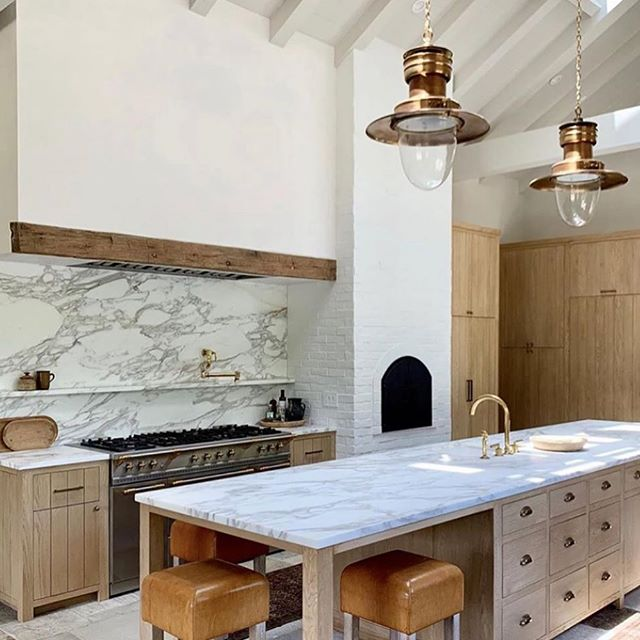@amberinteriors @beckiowens (I really like this kitchen...) #interiordesign #kitchendesign #kitchen #bath #kitchenandbath #remodel #kitchenremodel #renovation #homedecor #inspo #inspiration #beautifulhomes #housebeautiful #archidigest #marble #kitchenpendants #rosegold #barstools #losangeleshomes #gold #copper