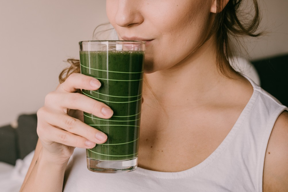 woman-drinking-a-green-smoothie_t20_GgELEo.jpg