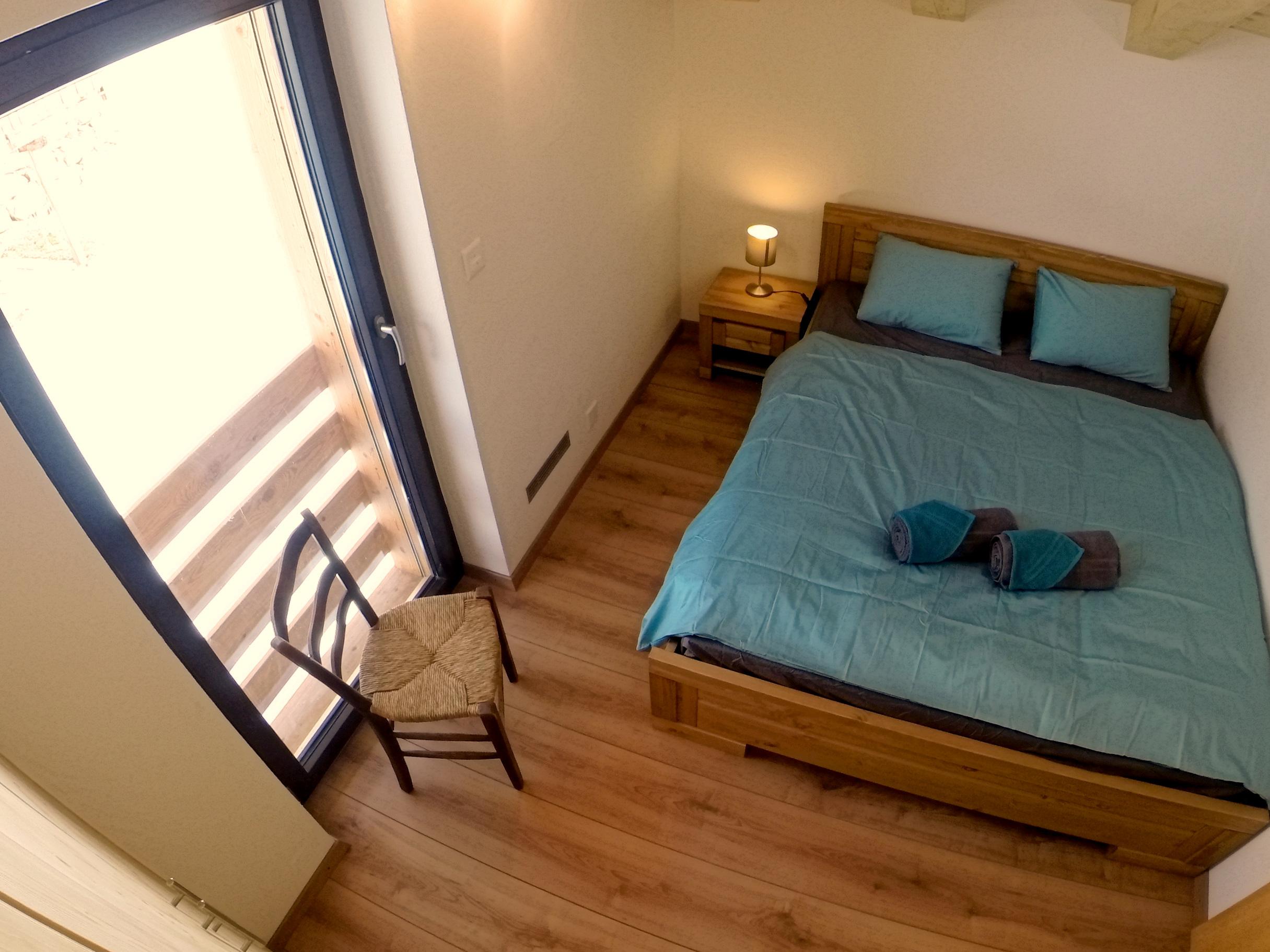 Chambre A: lit king size et grande armoire