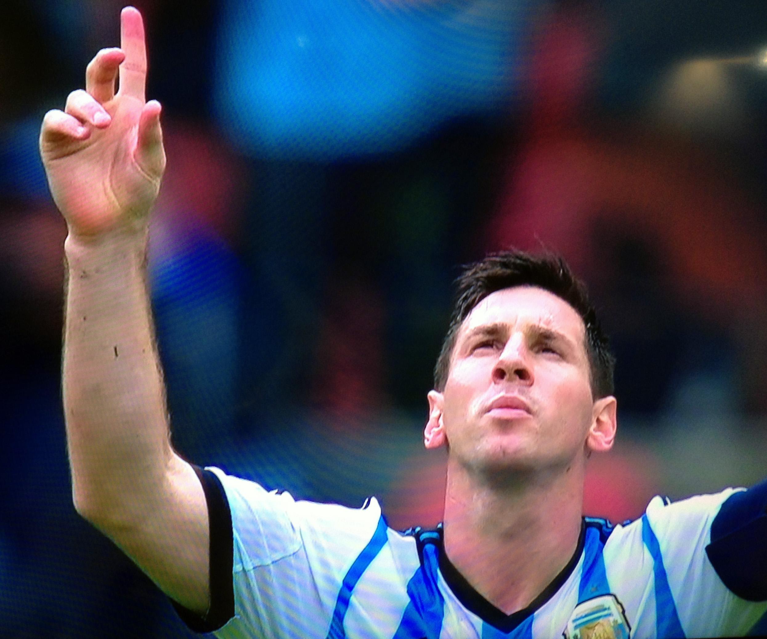 Lionel Messi celebra su segundo gol (su cuatro del Mundial Brasil 2014), en la victoria de Argentina ante Nigeria por 3-2 en el Estadio Beira-Rio, en Porto Alegre, el 25 de junio de 2014.