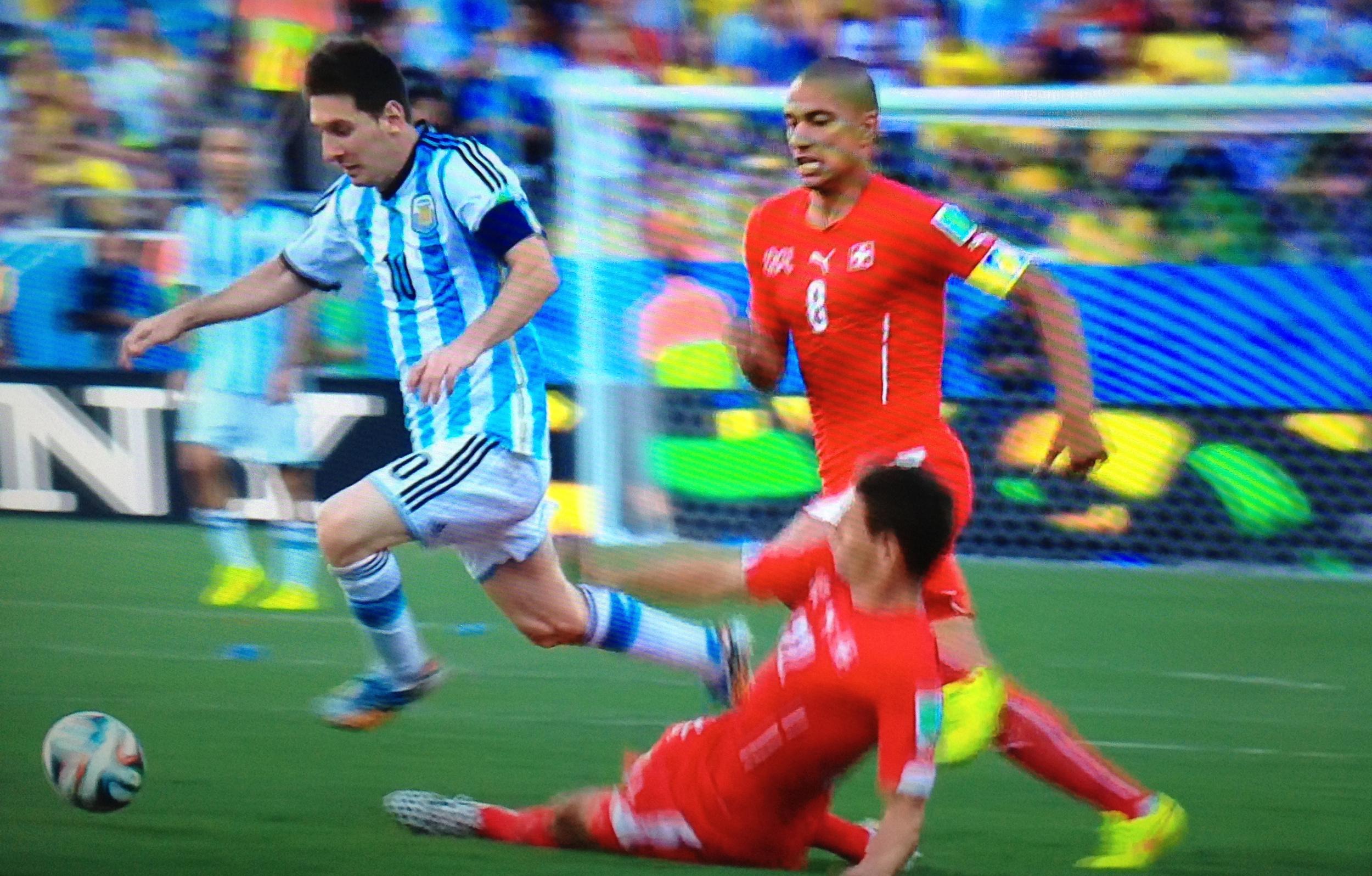 Lionel Messi conduce el balón en la jugada decisiva del duelo ante Suiza, disputado en São Paulo el 1 de julio de 2014, válido por los octavos de final del Mundial de Brasil. Messi asistió a Ángel Di Maria en la acción del único gol del partido, convertido al minuto 118.