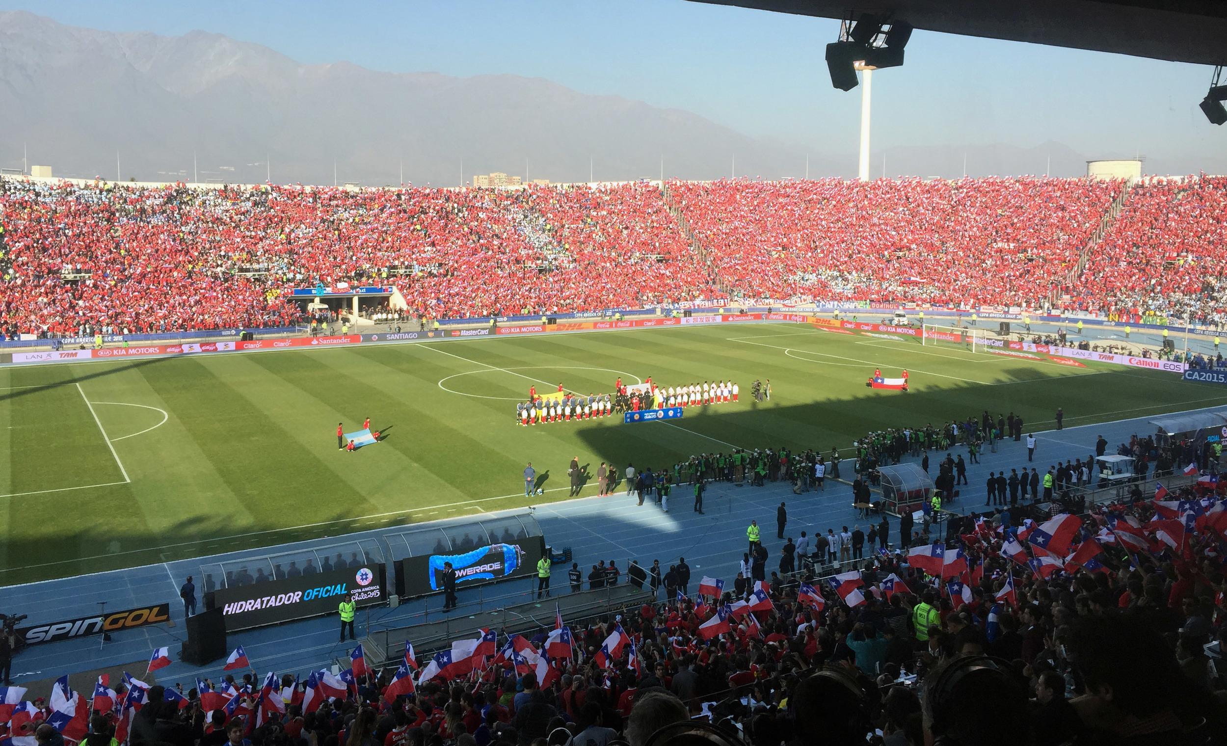 Chile y Argentina forman en el terreno del Estadio Nacional durante la ceremonia de los himnos nacionales, en la final de la Copa América 2015, el 4 de julio en Santiago de Chile. Foto: Eduardo Biscayart