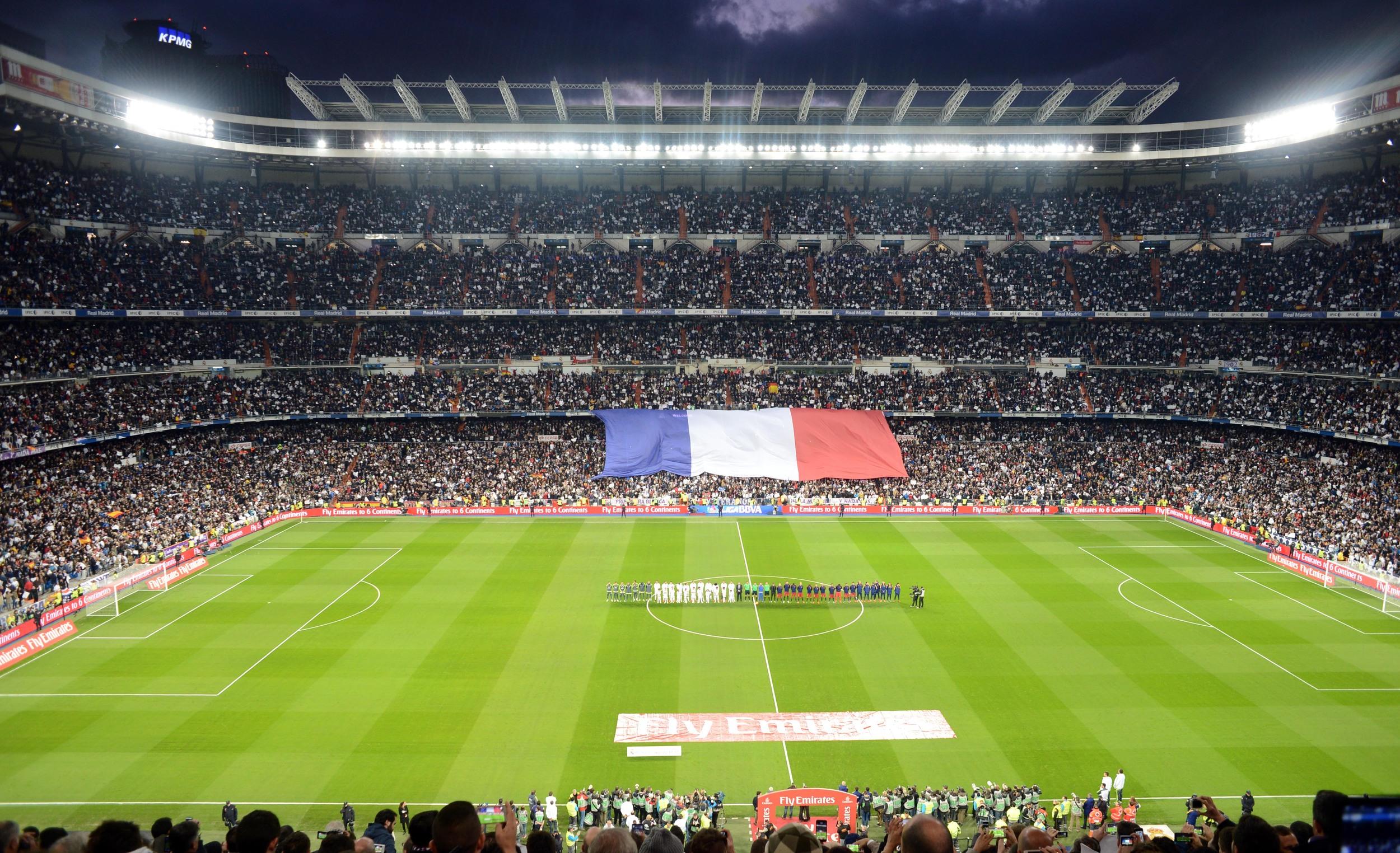 Homenaje a las víctimas de los atentados terroristas en París, antes del inicio del Clásico 171 de Liga, ganado por el Barcelona por 4-0 en Madrid - Foto: Eduardo Biscayart/21-nov-2015