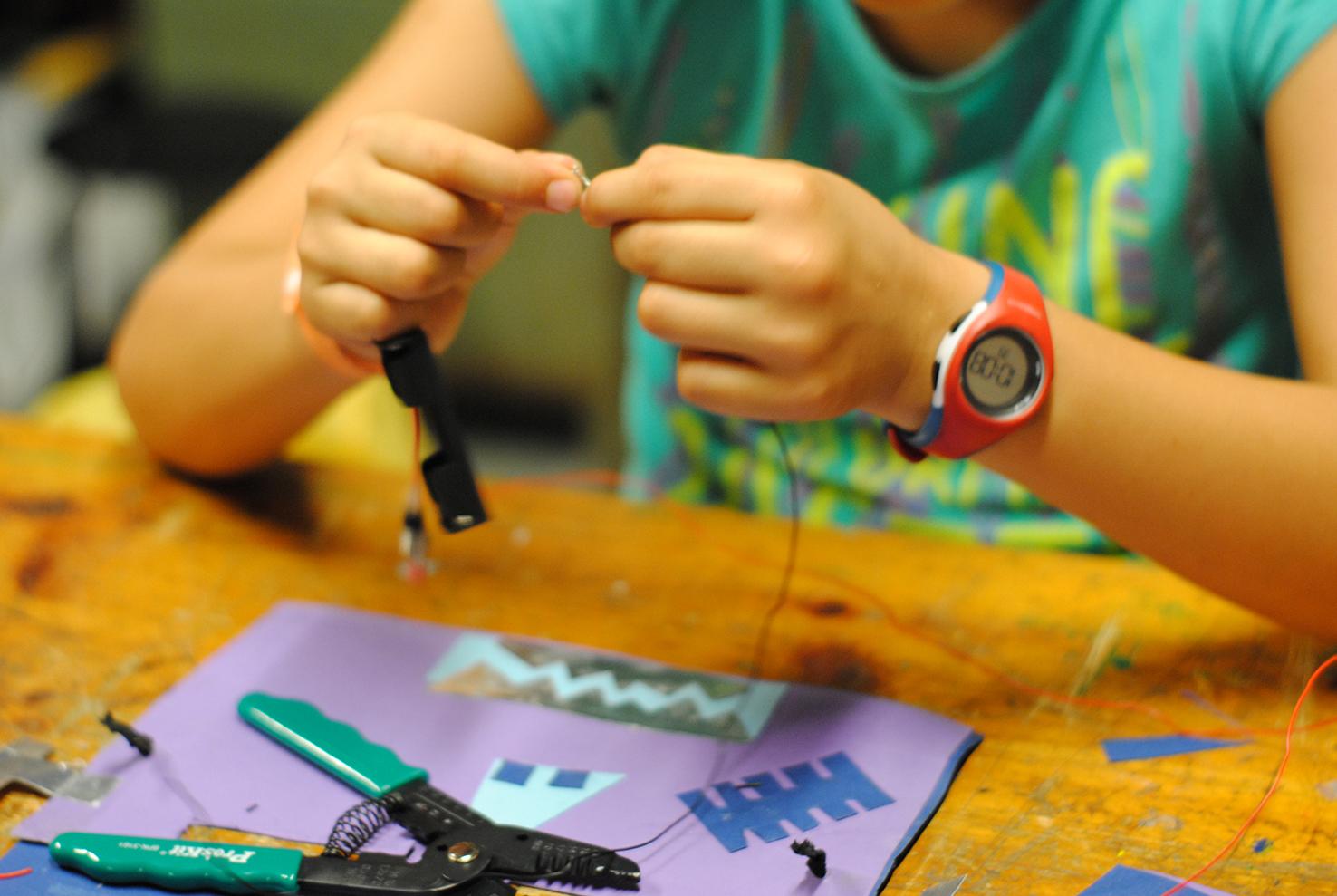 Robotitza't - 9 a 13hConstruirem mini tions robotitzats i Màscares amb LEDs. A partir de motors i circuits simples construirem divertits enginys que deixaran a la tota la família bocabada!+ 8 anys66€ - 3 diesPLACES LIMITADES