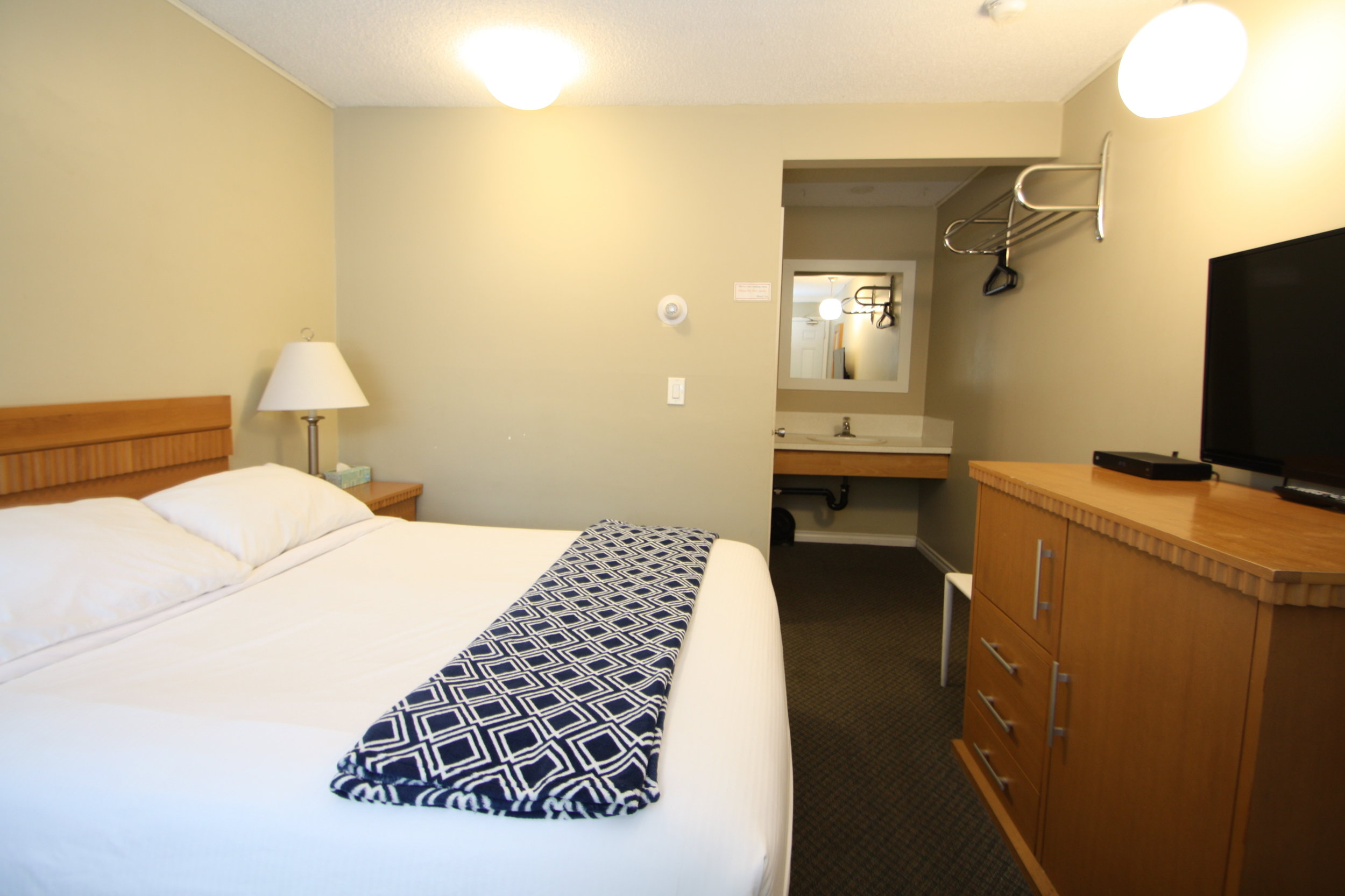 Maximum occupancy: 2 people  Our  standard room 1 queen bed  comes furnished with a desk, desk chair and additional seat.