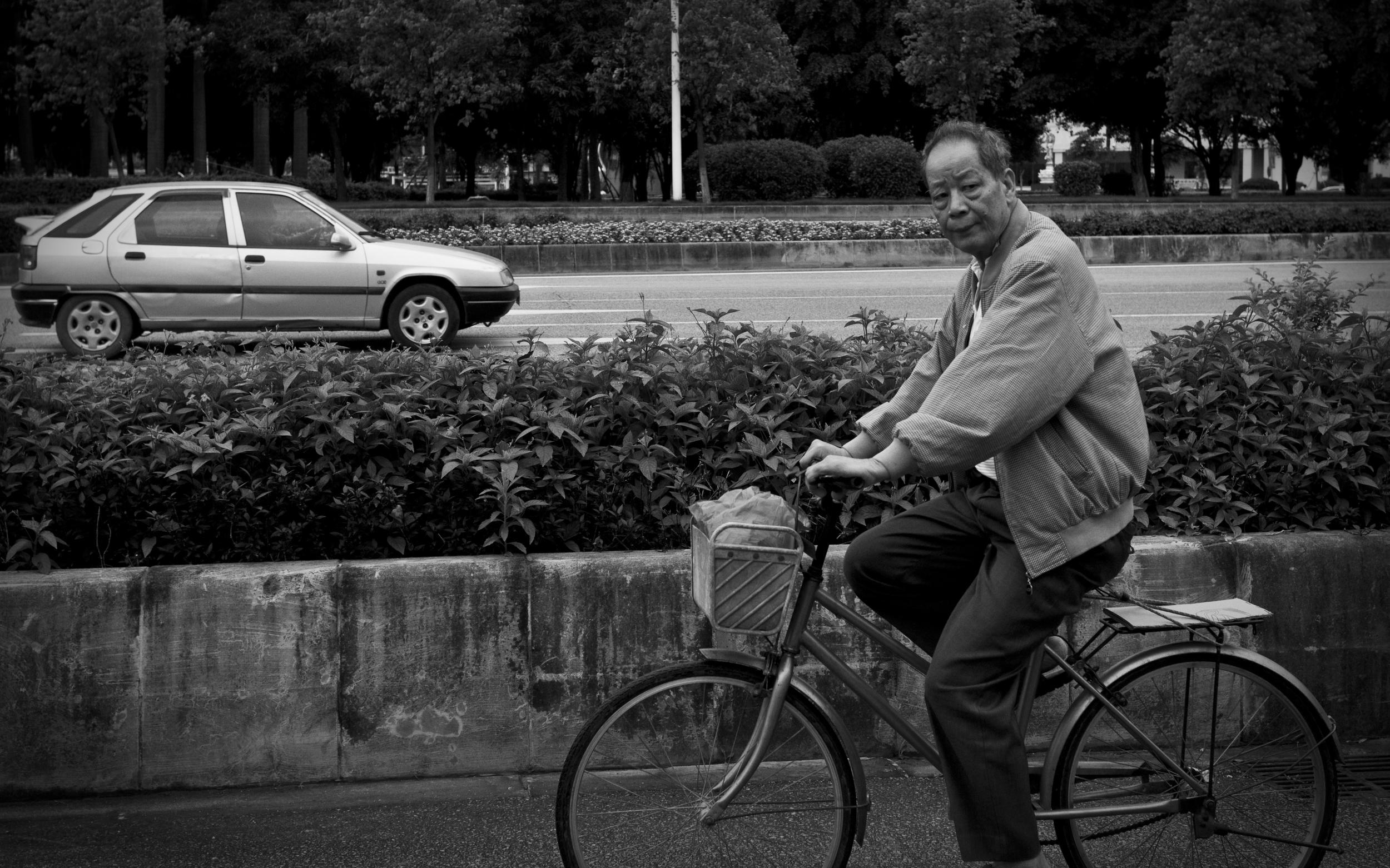 china_bike_man_bw.jpg