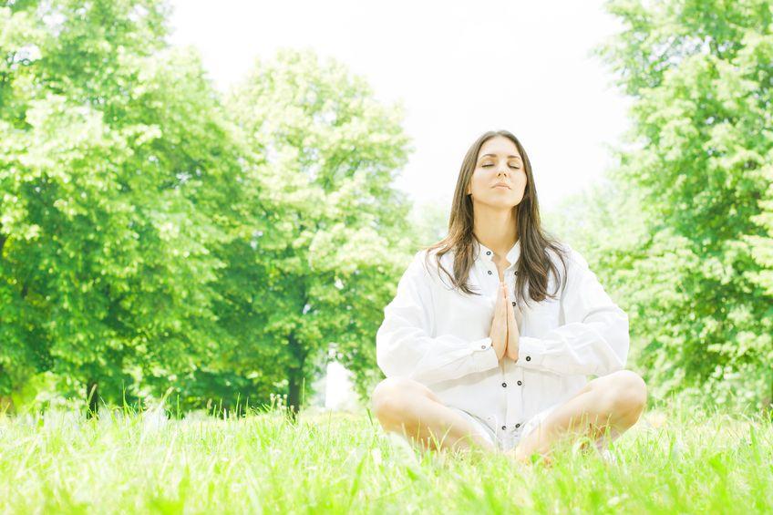 Vakker kvinne ute - yoga.jpg