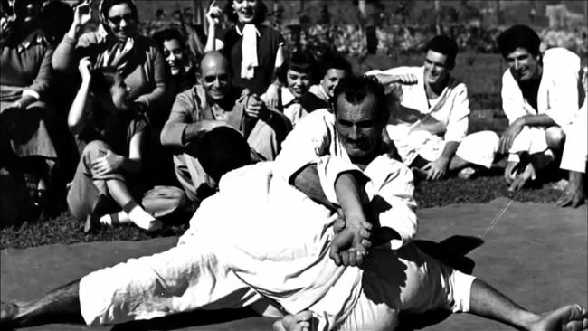 Helio Gracie demonstrating the kimura.