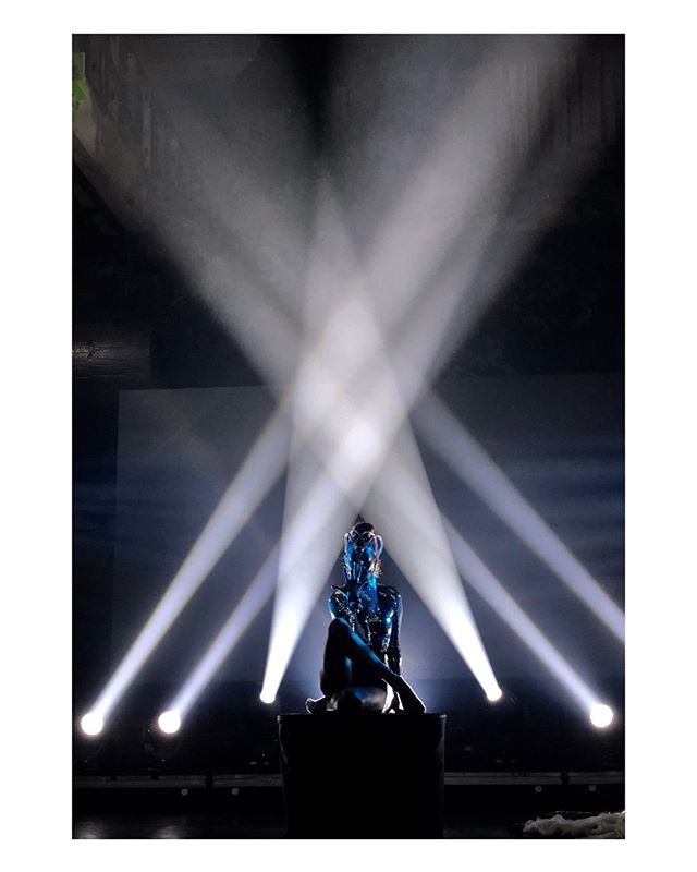 𝒜𝓃𝑜𝓉𝒽𝑒𝓇 𝒾𝓃𝒸𝓇𝑒𝒹𝒾𝒷𝓁𝑒 𝑒𝓍𝓅𝑒𝓇𝒾𝑒𝓃𝒸𝑒 𝒸𝓇𝑒𝒶𝓉𝒾𝓃𝑔 𝓊𝓃𝒹𝑒𝓇 𝓉𝒽𝑒 𝓂𝒶𝑔𝓃𝒾𝒻𝒾𝒸𝑒𝓃𝓉 𝓁𝒾𝑔𝒽𝓉𝓈 𝑜𝒻 @𝓆𝓊𝒾𝓍𝑜𝓉𝒾𝒸𝒻𝓊𝓈𝒾𝑜𝓃 ✨ . 𝒟𝑒𝓈𝒾𝑔𝓃𝑒𝒹 𝒻𝑜𝓇 𝓉𝒽𝑒 𝒾𝓃𝓈𝓅𝒾𝓇𝒾𝓃𝑔 𝒾𝓃𝓈𝓉𝒶𝓁𝓁𝒶𝓉𝒾𝑜𝓃 𝑜𝒻 @poetickinetics 𝒶𝓉 @unionstationkc ⚡️ . . . . . . . #performanceart #pod #solo #dance #quixotic #artandtech #immersiveperformance #artistsoninstagram #artistsofig #dancersofig #dancersofinstagram #character