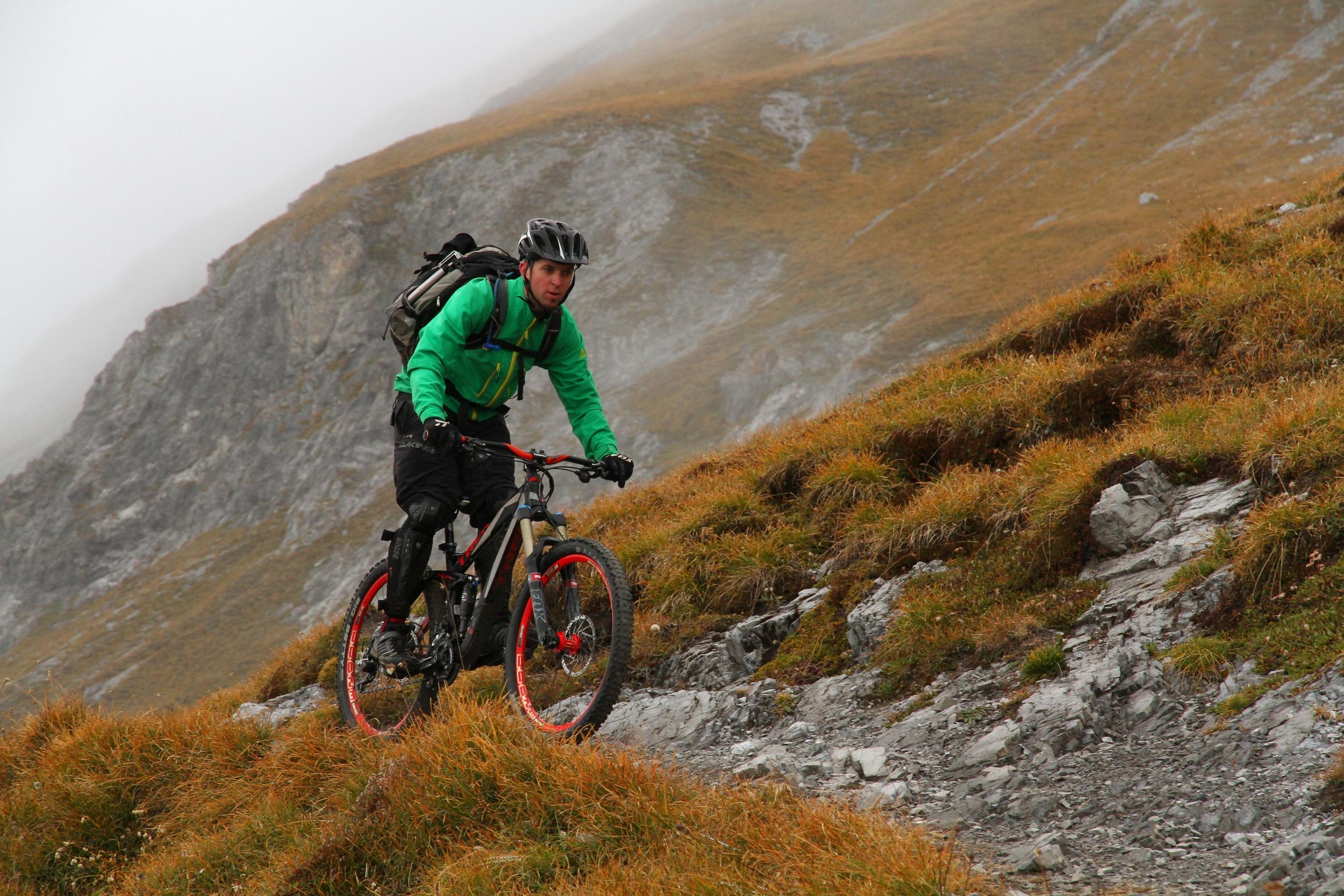 """Beim Mountainbiken gibt es Regeln, die ich auf mein ganzes Leben anwende und ich meine damit nicht nur """"Wer bremst verliert"""". Es geht um eine viel elementarere Regel: """"Blick immer nach vorne!"""" Wer sich nur einmal auf die Steine direkt vor seiner Nase konzentriert, wird mit grösster Wahrscheinlichkeit auf das eben genannte Sinnesorgan fallen."""