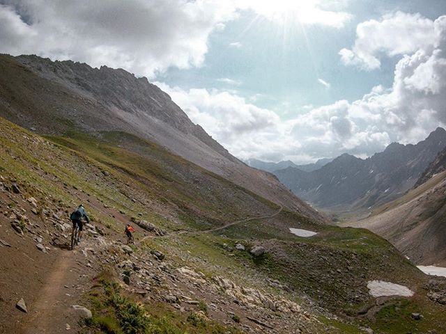 Morning ride to Arosa with @karinschnetzer and @fridakorberg . 🙌 ... #mountainbike #freeride #mtb #singletrail #outdoor #goprohero6 #mtbnation #mtblife #enduromtb #plantbasedathlete #MountainBiking #mtblove #instamtb #lifebehindbars #mtbswitzerland #enduro #mountainbikinglife #flowtrail #lifeofadventure #liveoutdoors #makemoments #simplyadventure #bikemagazin #adventuretillwedie #welivetoexplore #neverstopexploring #arosa #lenzerheide #girlsridetoo #totalmtb