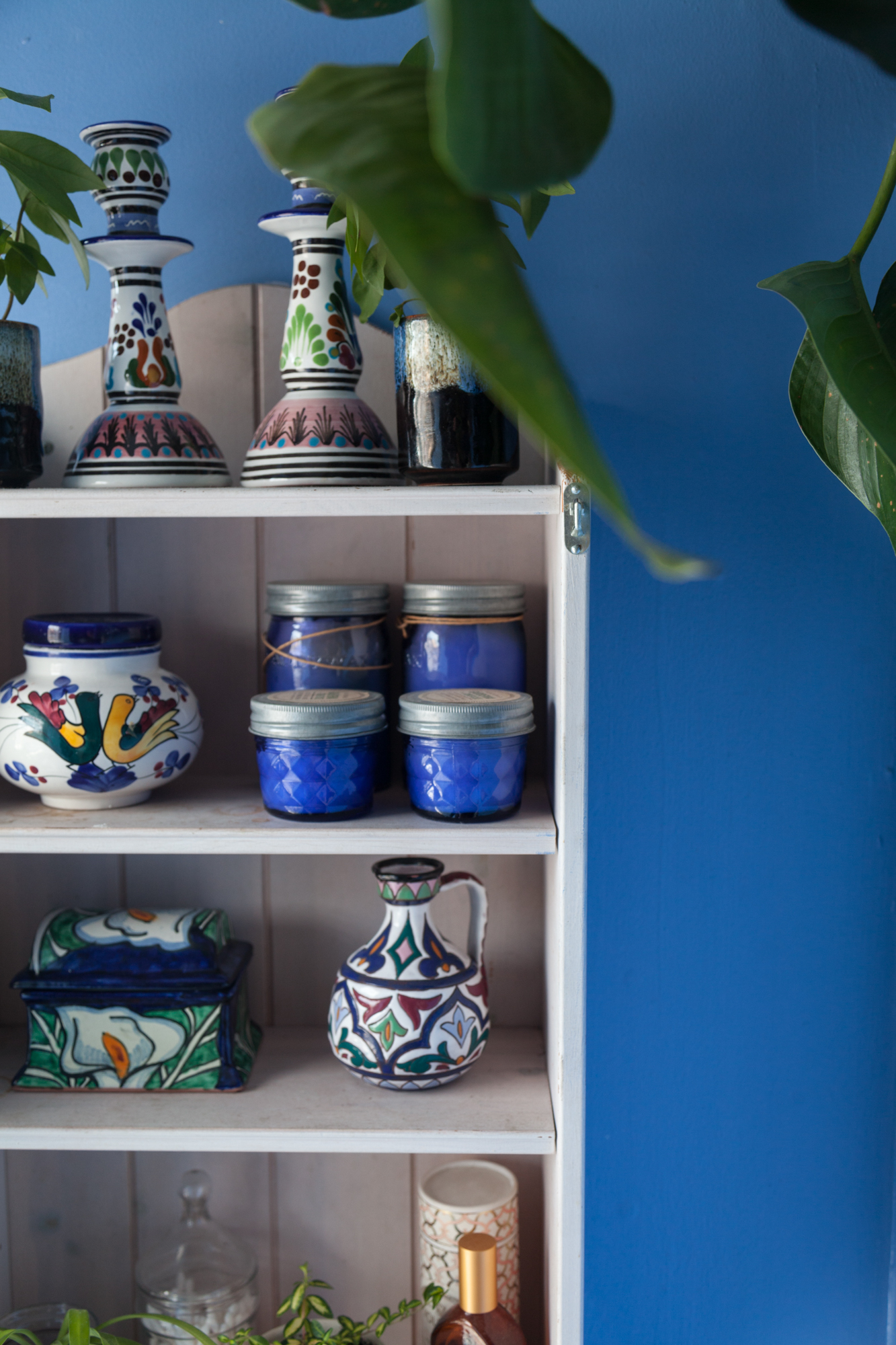 I particularly loved the talavera-look combined with plants in the bathroom.