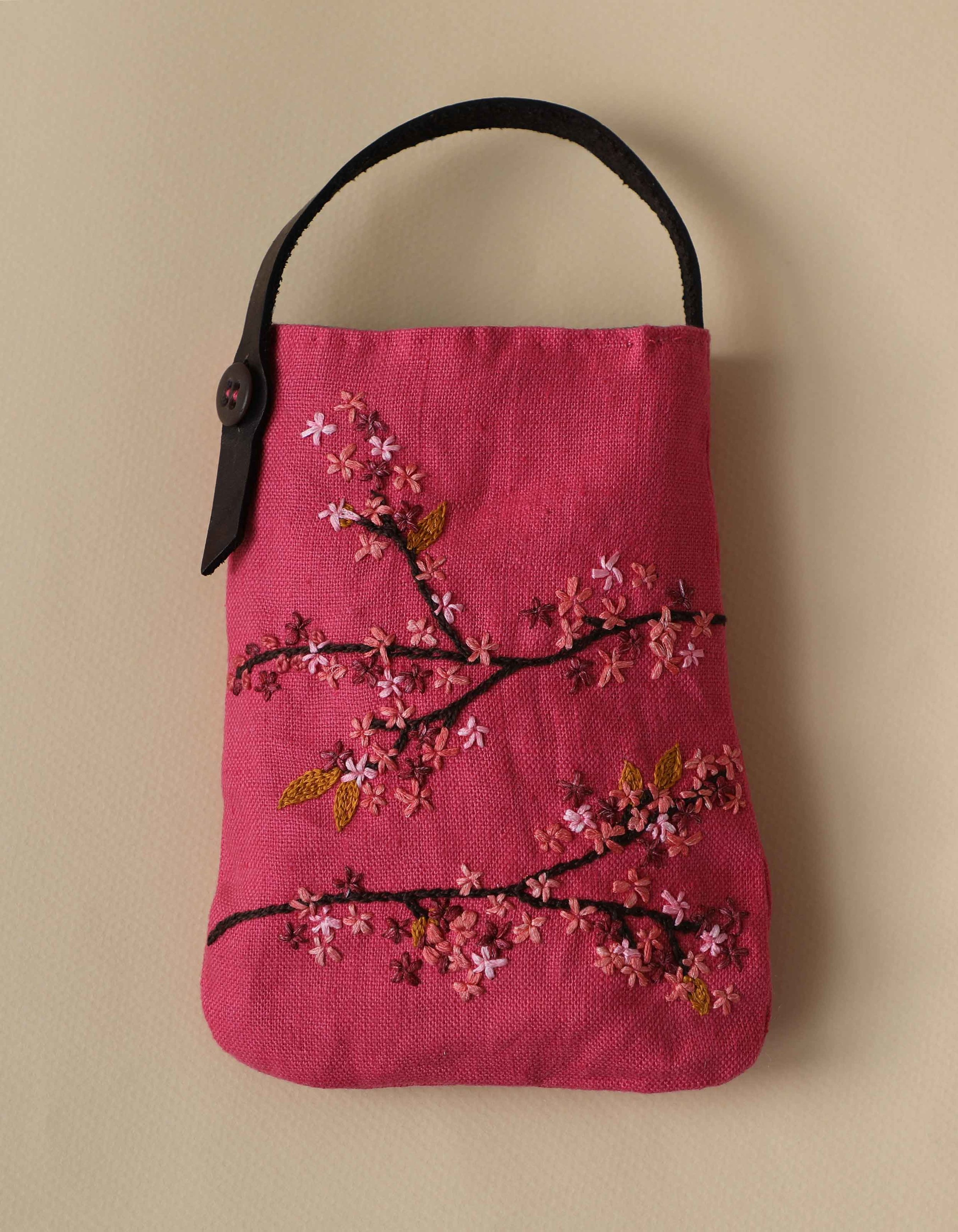 This embroidered bag would be a great project to do with girlfriends. Stitch plum blossoms or whatever else you'd like with simple stitches such as chainstitch.