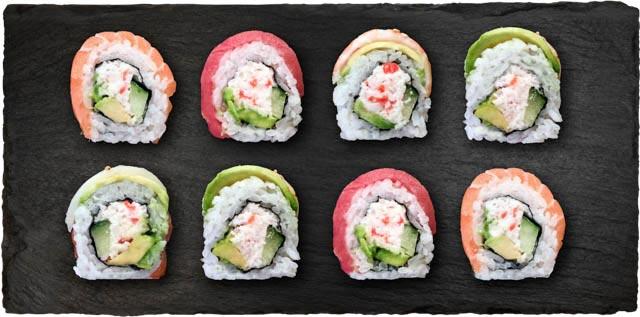 Surimi, avocado og agurk toppet med tun, reje, avocado, laks oghvidfisk.