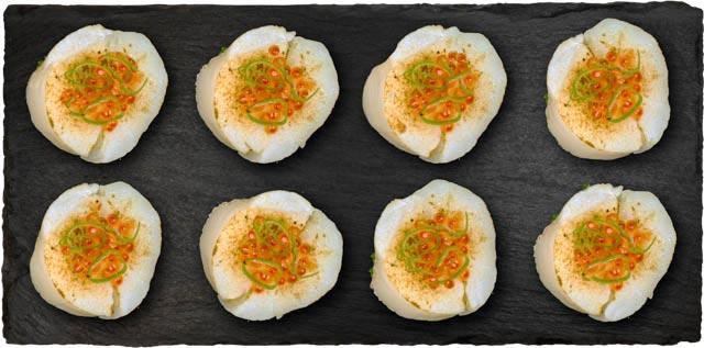 Krebs, laks, avocado, agurk, wasabi flyvefisk rogn, teriyaki sauce og forårsløg toppet med flamberet kammuslinger og ørredrogn.