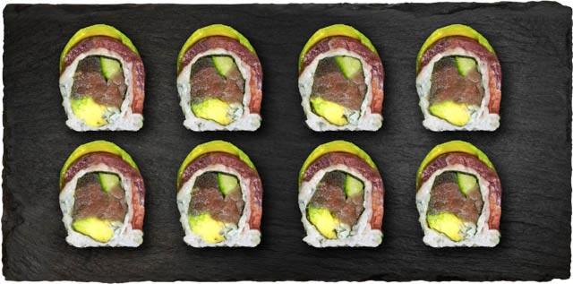 Tun, avocado, agurk, syltet japansk gulerod og wasabi flyvfisk rogn toppet med tun og sesam frø.