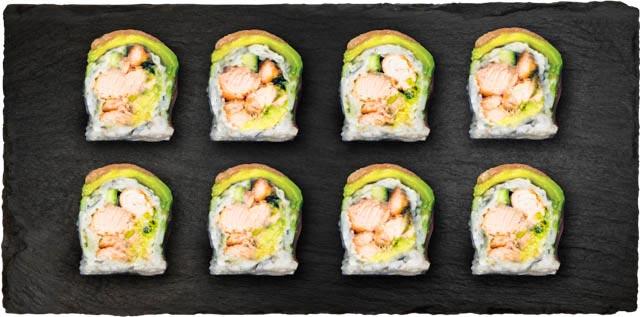 Grillet laks, agurk, salat, syltet japansk gulerod og hvidløg toppet med grillet laks, avocado og forårsløg.