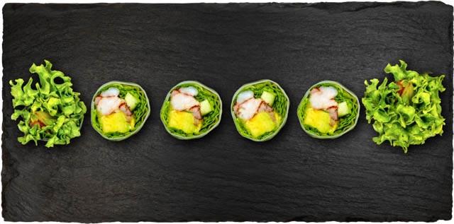 Krebs med salat, avocado og agurk rullet i rispapir.