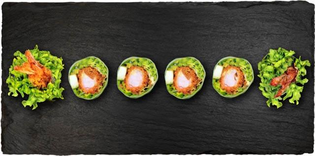 Ebi tempura, salat og agurk rullet i rispapir.