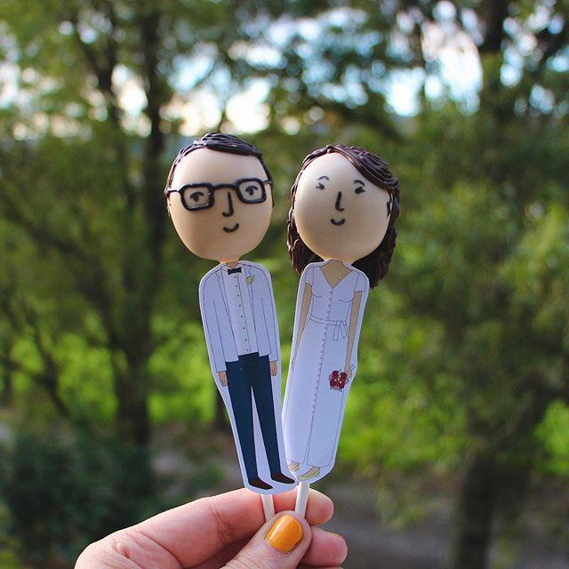 The cutest cake pops from my illustrations thanks to @sugarpopbakery 💕 . . #cakepops #illustration #wedding #love #designer #visualdesigner #bobbleheads #spbakery
