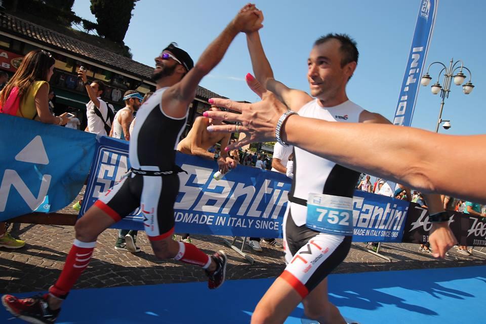 Andrea pettorale 752 con Aronne all'arrivo del Triathlon Olimpico di Peschiera del Garda 24.09.2016